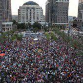 Menschenmassen gedenken der Opfer des Massakers in Orlando