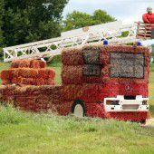Feuerwehrauto aus Strohballen