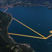 Auf einem Sonnenstrahl wandeln: Tausende flanierten bereits über den Iseo-See, wo das Christo-Projekt nun geöffnet ist