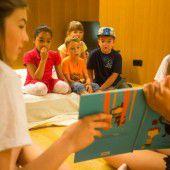 Mittelschüler stellen Bilderbücher vor