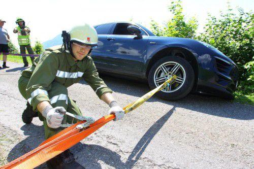 """Die Feuerwehr befreite das Fahrzeug aus seiner """"Schräglage""""."""