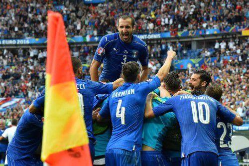 Giorgio Chiellini (hinten) und seine Kollegen jubeln über einen 2:0-Erfolg gegen den regierenden Champion.