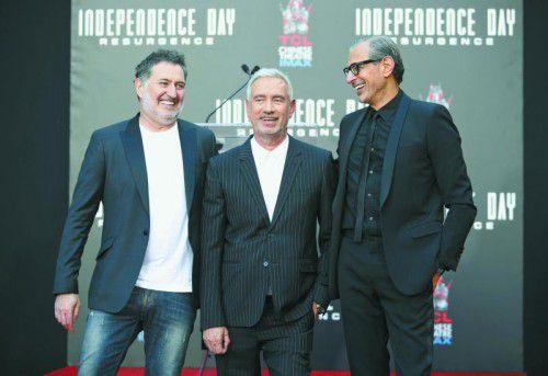 Harald Kloser (l.) mit Regisseur Roland Emmerich und Schauspieler Jeff Goldblum bei der Premiere in Los Angeles.