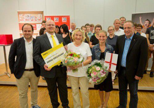 Hauptgewinnerin Wiltrud Zortea (Mitte) und Martina Gehrer (2. Preis, 2. v. r.) freuen sich über ihre Preise.
