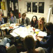 Jugendliche stellen ihr Zeitzeugen-Buch vor