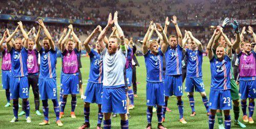 """Kapitän Aron Gunnarsson als Einklatscher nach Spielschluss: Dann hallt das """"Hu"""" der isländischen Fangemeinde wie eine Drohung an EM-Gastgeber Frankreich durch das Stadion-Oval von Nizza."""