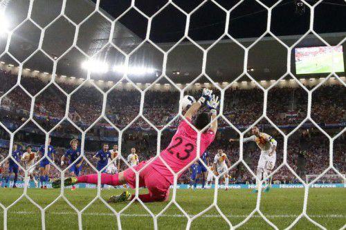 Kroatiens Torhüter Danijel Subasic blieb Sieger im Elfmeterduell gegen Spaniens Kapitän Sergio Ramos.