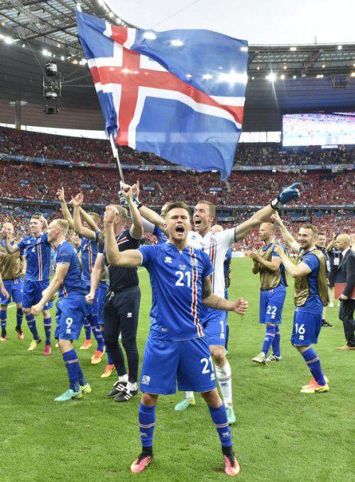 Lassen sich nach dem Triumph gegen Östererich feiern: Torhüter Hannes Halldorsson und Stürmer Arnor Ingvi Traustason.