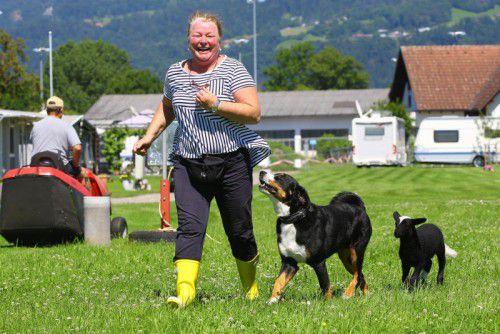 Maria Weinzierl geht jeden Tag mit ihren Lieblingen Arko und Lisa spazieren.