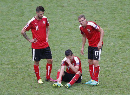 Martin Harnik (l.) und Florian Klein stehen beim schmerzgeplagten Zlatko Junuzovic. Dessen 50. Länderspieleinsatz bei der EM ist geplatzt.