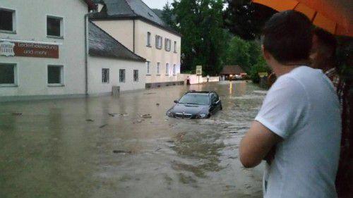 Nach schweren Unwettern mit Starkregen standen die Straßen im Landkreis Passau unter Wasser.
