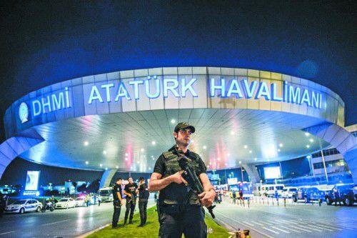 Polizisten patrouillieren auf dem größten türkischen Flughafen in Istanbul, der Ziel eines blutigen Terroranschlages geworden ist.