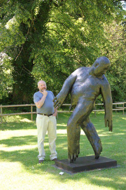 Pralle Körperlichkeit im Park der Villa Falkenhorst: Lois Anvidalfarei mit einer seiner Skulpturen.