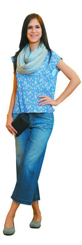 Sommerlich: Sabine in einem trendigen Outfit von Sport + Mode Lehninger in Rankweil. Bluse: 240 €, Hose: 150 €, Schal: 105 €, Schuhe: 75 €, Tasche: 105 €.