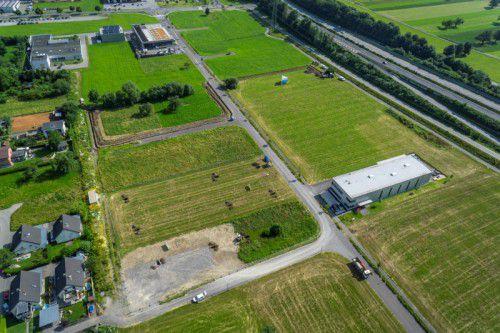 Stark Spannsysteme siedelt sich auf dem Grundstück in der Mitte des Bildes an.