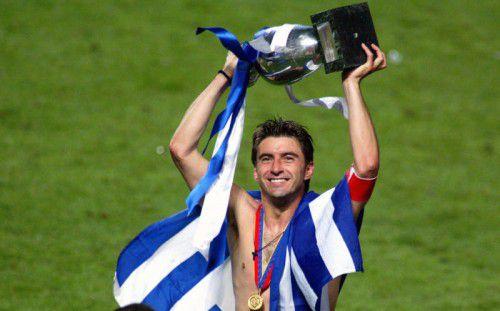 Stolz präsentiert Theodoros Zagorakis den EM-Pokal.