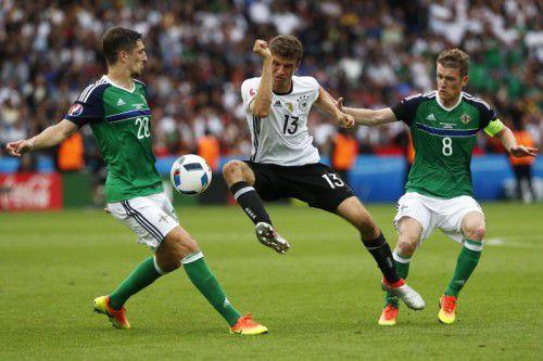 Thomas Müller müht sich gegen Steven Davis (r.) und Craig Cathcart (l.) ab, Deutschland setzte sich gegen Nordirland mit 1:0 durch.