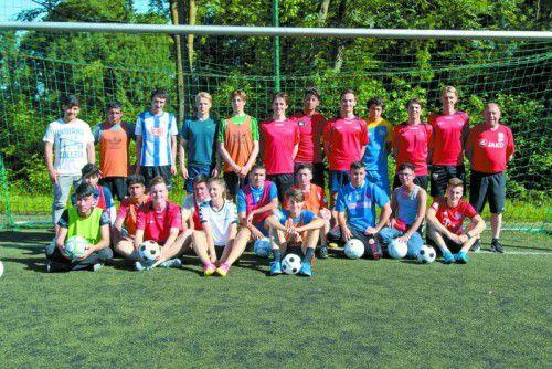 VFV-Auswahltrainer Günther Kerber (r.) leitete die Übungseinheiten im Fußball.
