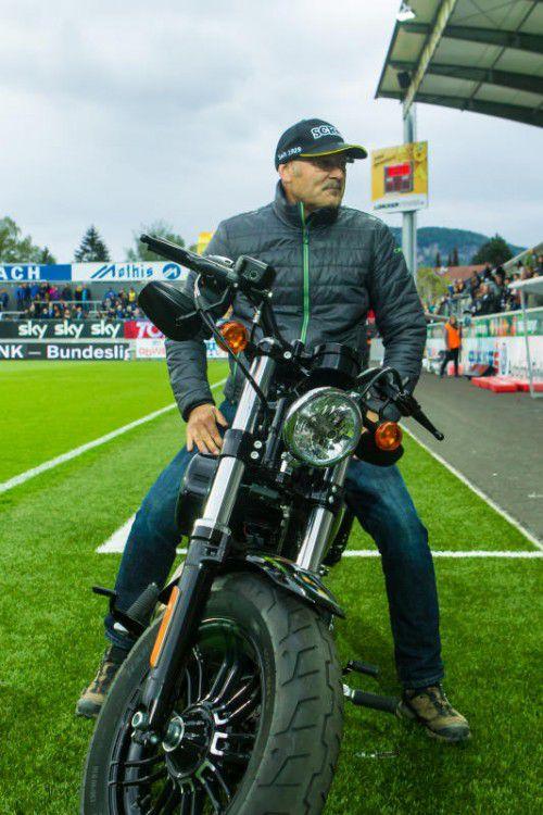 Wolfgang Thaler nimmt schon mal Platz auf der Harley.