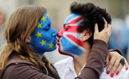 Zwei Aktivisten protestieren in Berlin mit einem Kuss gegen einen möglichen EU-Austritt Großbritanniens.