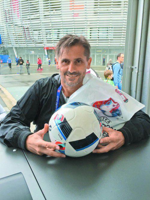 Zwei offizielle Spielbälle à 140 Euro, seitens des europäischen Verbandes UEFA wird auch marketingtechnisch nichts ausgelassen.