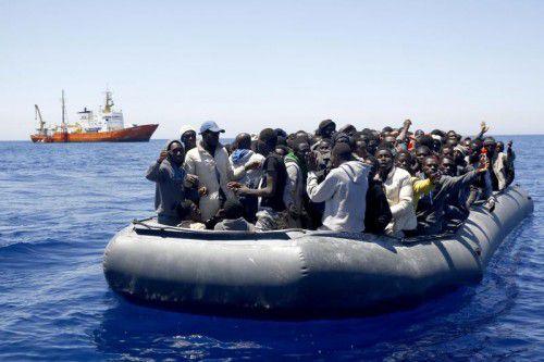 Afrikaner flüchten vor bitterster Armut in ihren Herkunftsländern, denn die Entwicklungshilfegelder kommen nicht beim Volk an.