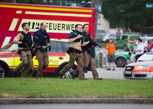 Als die Münchner Polizei kurz vor 18 Uhr alarmiert wurde, war die Lage absolut unübersichtlich. Das sollte den gesamten Abend über so bleiben. Schwer bewaffnete Polizeikräfte waren in der gesamten Stadt allgegenwärtig.