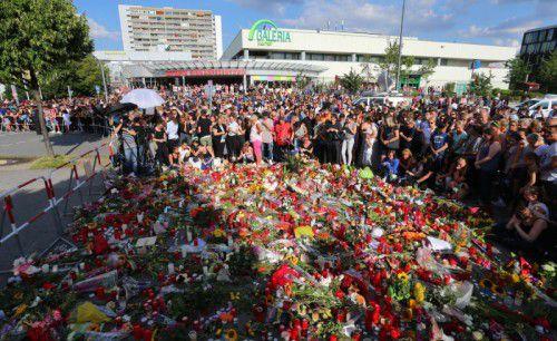 Am Sonntag haben sich mehr als 1500 Menschen zum stillen Gedenken an die Opfer am Tatort versammelt.