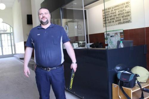 An ihm kommt kein Gerichtsbesucher vorbei: Elvir Veletanlic mit seinem Metalldetektor kontrolliert am Eingang zum Landesgericht.
