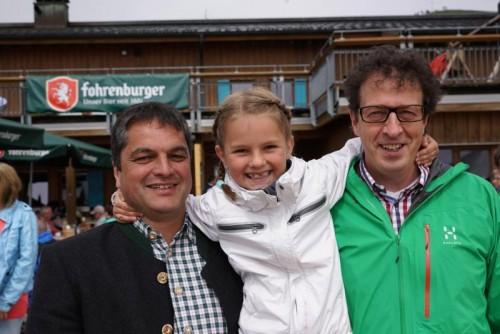 Andreas Simma (Bürgermeister Au), seine Tochter Juliane und Thomas Bayer (Tourismus Au-Schoppernau).