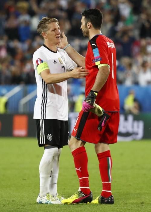 Bastian Schweinsteiger und Italiens Torwart-Legende Gianluigi Buffon haben im EM-Viertelfinale ihren 17. Endrundeneinsatz absolviert.