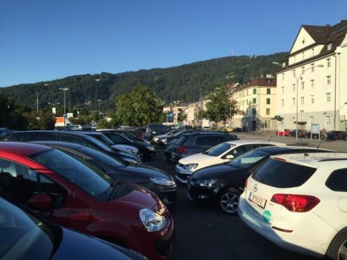 Bettler betätigen sich als falsche Parkplatzwärter.