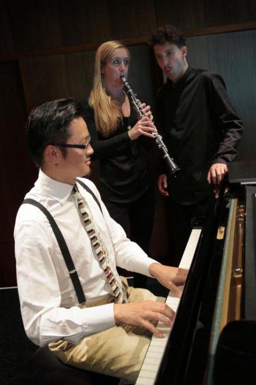 Daniel Nguyen, Lila Scharang und Nikolaus Habjan boten Aufschlussreiches mit Musik, Puppenspiel und Pfeifkunst.