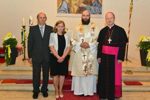 Dariusz Radziechowski mit seinen Eltern Halina und Grzegorz und Bischof Benno Elbs.