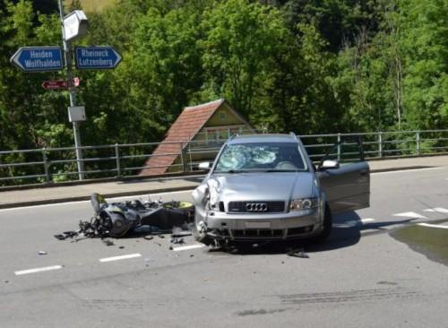 Das Motorrad wurde total, der Pkw schwer beschädigt.