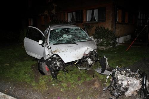Das völlig zerstörte Unfallauto zeugt von der Wucht des Aufpralls an der Hauswand. Foto: Moranduzzo