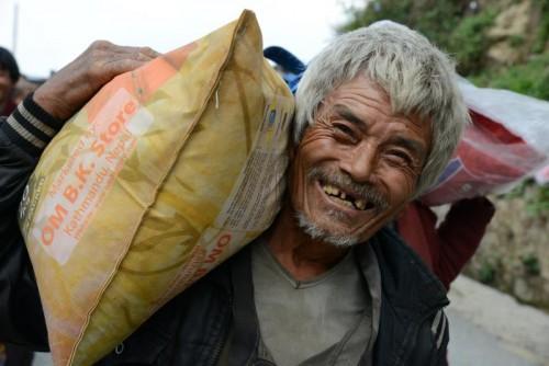 Der Dorfbewohner freut sich über den 20-Kilo-Reissack, den er von der Vorarlberger Hilfsorganisation erhielt.