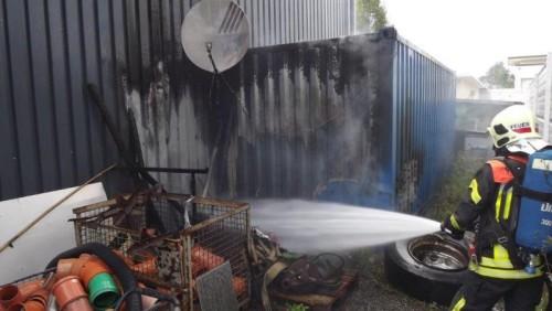 Der gelegte Brand konnte von der Feuerwehr, die mit 30 Mann anrückte, rasch gelöscht werden.