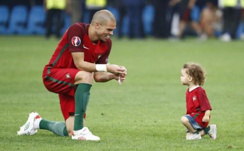 Der Portugiese Pepe mit seiner Tocher nach dem Sieg im Viertelfinale gegen Polen. So süß solche Bilder auch sind, die UEFA will sie nicht mehr sehen.