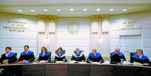 Die 14 Verfassungsrichter haben sich in den vergangenen Wochen eindringlich mit der Wahlanfechtung der FPÖ befasst. Sie kamen zu dem Schluss, dass das Ergebnis vom 22. Mai angesichts zahlreicher Unregelmäßigkeiten bei der Auszählung der Briefwahlstimmen nicht mehr gültig ist. Es ist ein historisches Urteil. Die Stichwahl muss bundesweit wiederholt werden.