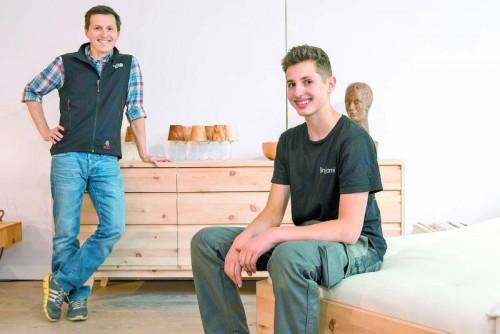 Die Arbeit mit Massivholz hat große Qualität und ist ein Anreiz für Firmentreue.