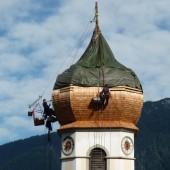 Kirchturm in Bürserberg wird neu eingedeckt