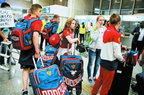 Die ersten russischen Olympia-Sportler sind in Rio de Janeiro eingetroffen; die Leichtathleten und einige Schwimmer werden die Sommerspiele aber von zu Hause verfolgen müssen.