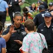 Mann tritt im Central Park auf Sprengkörper