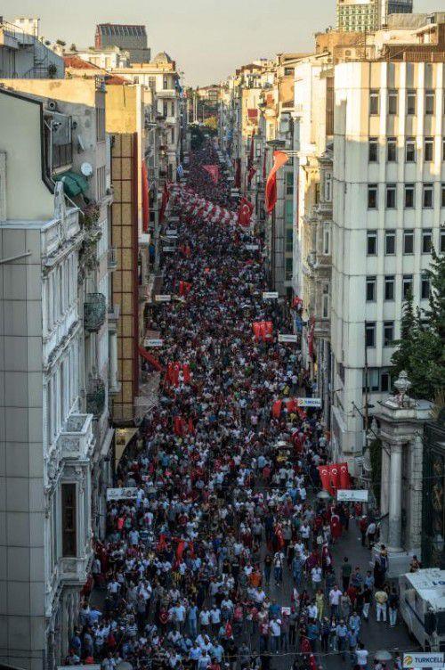 Die Proteste gegen den Militärputsch in der Türkei halten an. Auch am Wochenende demonstrierten Tausende in Istanbul.