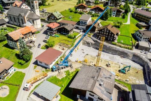 """Die riesige Baugrube mitten in Gaschurn kündet schon vom Großprojekt """"Sporthotel Chalets"""". Der mehrgeschoßige Gebäudekomplex beinhaltet 22 Luxus-Chalets."""
