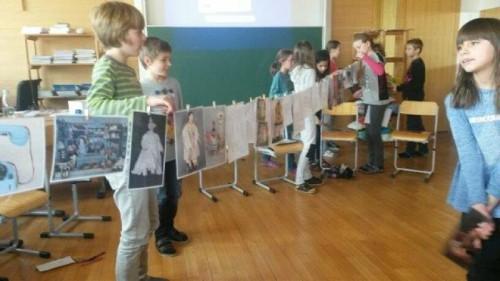 Die Schüler schrieben in ihren Briefen an ihre Patenkinder kreativ und fantasievoll über sich selbst und warum sie das jeweilige Spielzeug ausgesucht haben.