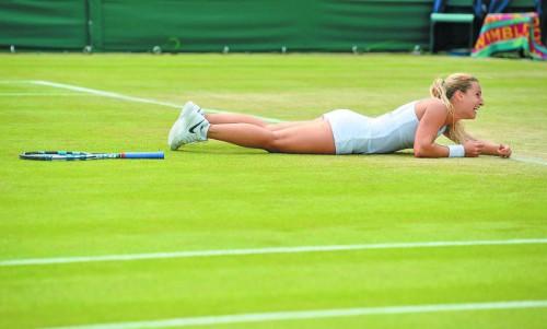 Dominika Cibulkova versank nach dem Matchball gegen Agnieszka Radwanska vor lauter Glück im Rasen vom Wimbledon.