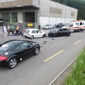 Zwei Verletzte bei Auffahrunfall mit drei Autos
