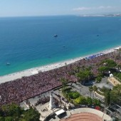 Anschlag von Nizza. Tausende Menschen trauern an der Strandpromenade der Hafenstadt um die 84 Todesopfer